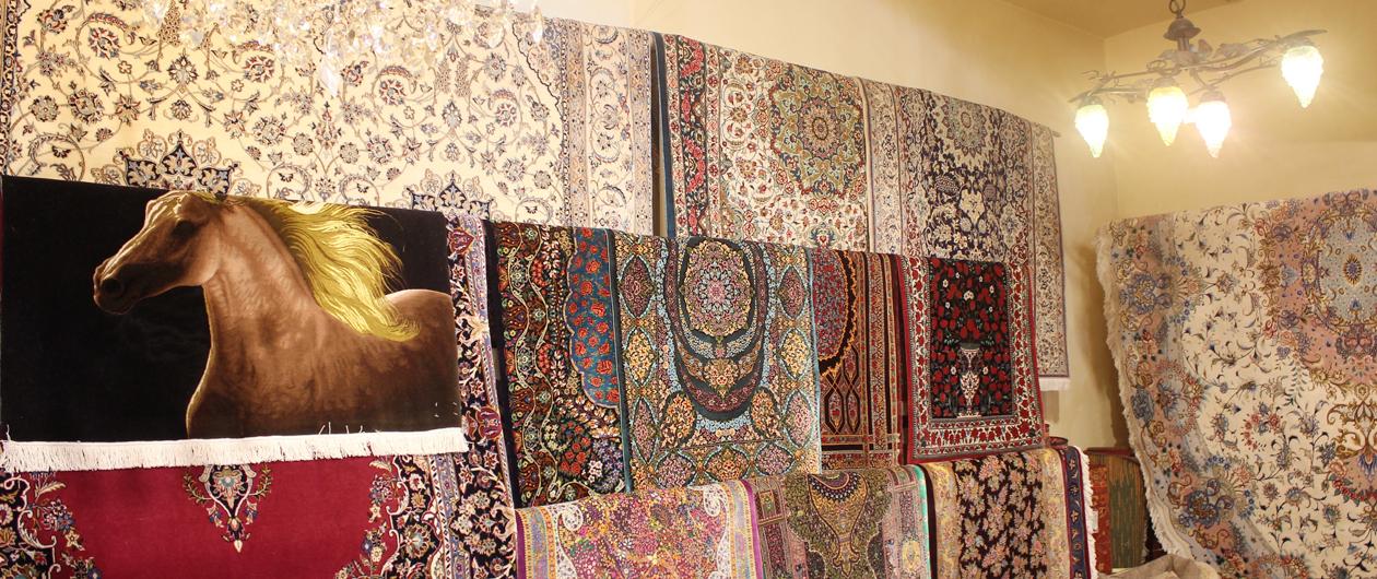 家具のほか、絨毯やカーテンにも力を入れています。